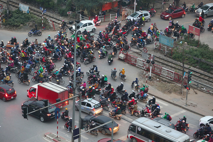 The intersection between Linh Dam and Giai Phong streets is in chaos as vehicles rush in from Ring Road 3.