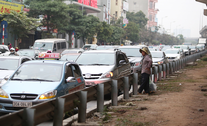This long line of cars is slowly inching toward Giai Phong Street from Thanh Tri Bridge.