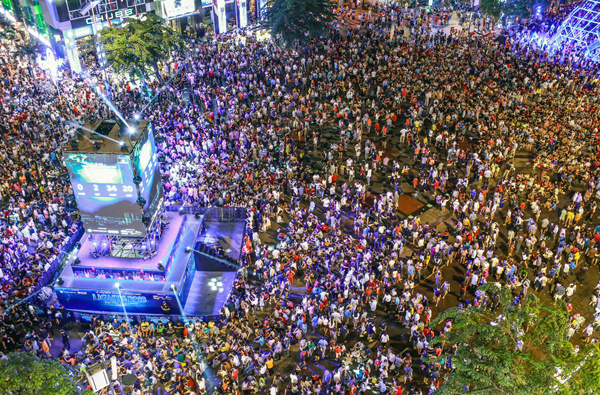 The crowd on Nguyen Hue walking street and the stage for the Countdown Party more than two hours before new year.