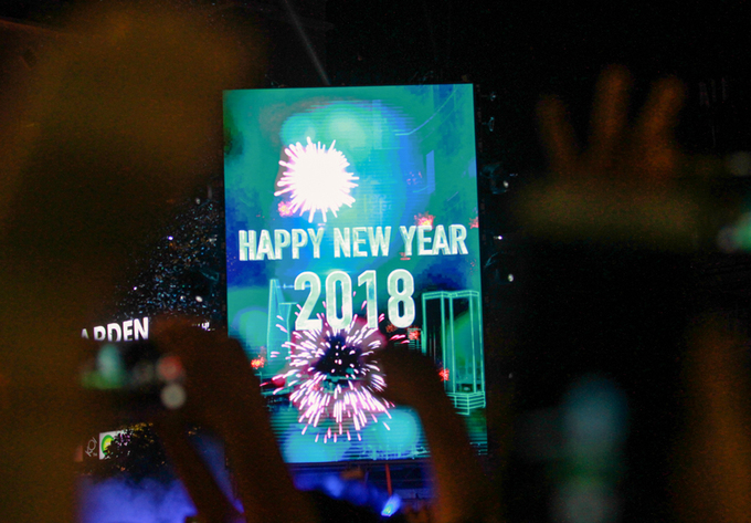 Saigoneers cheer as the countdown hits 0, marking the beginning of 2018.