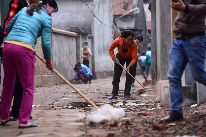 Locals join forces in cleaning up warheads and debris after the explosion. Photo by VnExpress/Giang Huy
