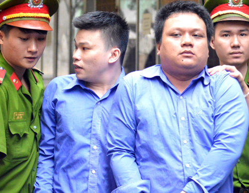 Vietnamese men jailed for snatching phone from foreign tourist