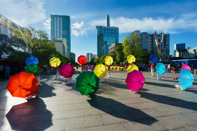 An umbrella dance by elderly women on Nguyen Hue Pedestrian Street, a famous rendezvous in the city. Photo by Luu Su Doan.