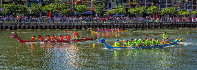 A dragon boat race, a long-standing tradition of Vietnamese southerners, on Thi Nghe Canal on Tet, the most important holiday occasion of Vietnamese people, in February 2017. Photo by Kieu Anh Dung.