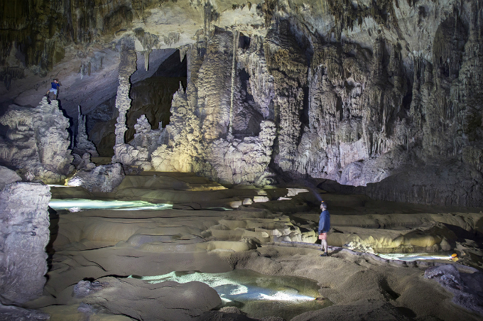 Over Cave, 90 meters high and 3.2 kilometers (1.2 miles) long, boasts a rich system of stalactite and terraced emerald lakes.