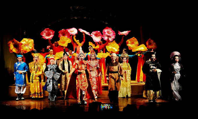 A cai luong, Vietnamese traditional southern opera, show in Saigon. Photo by Huynh My Thuan.