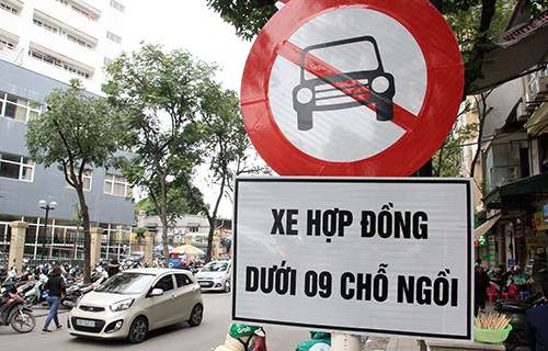 A sign banning contract cars under 9 seats on Phu Doan Street. Photo by VnExpress/Anh Tu.