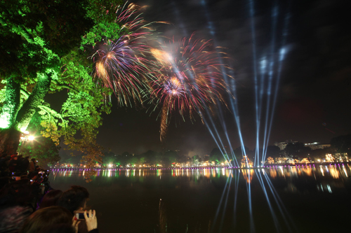 Fireworks would return to Hoan Kiem Lake for this years Lunar New Year celebration. Photo by VnExpress/Ngoc Thanh.