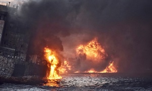Oil tanker's sinking off China raises environmental fears