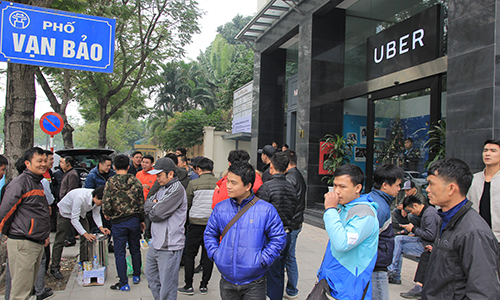 Grab, Uber drivers protest in Hanoi after ride-hailing firms jack up commission