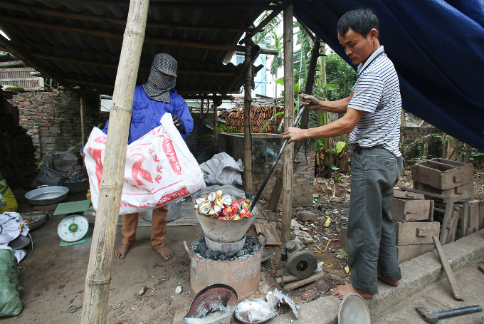 Lam Van Dong and his wife have been traveling to the most suburban parts of Phu Xuyen, an outlying district of Hanoi, and nearby area with their kiln to cook aluminum scraps and shape the hot liquid into pots since 1994.