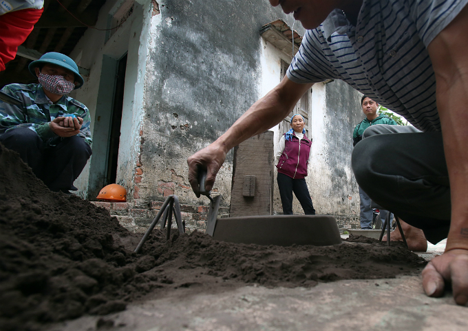 In order to make a pot with a diameter of 50 centimeters and depth of 40 centimeters, Dong needs up to 25-30 kilograms of aluminum scrap and 90 minutes to finish the job. His customers are mostly poor farmers.