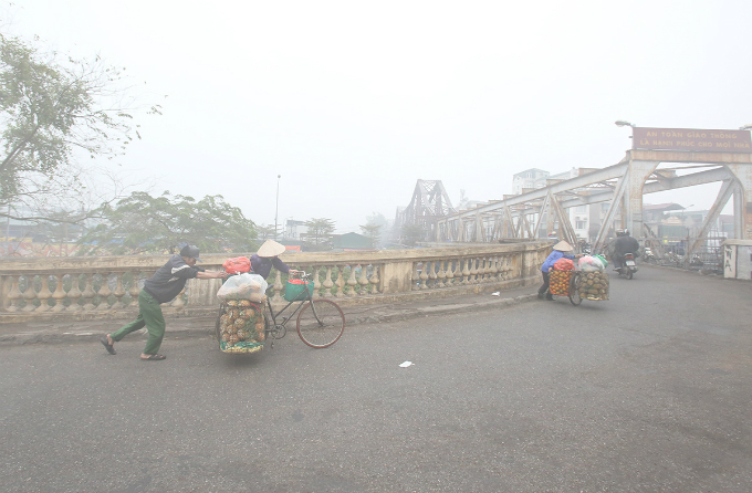 Vendors are about to cross the Long Bien Bridge at 8:20 a.m.