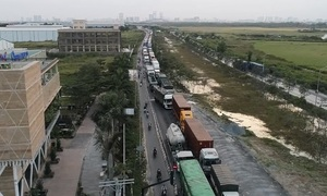 Logistics nightmare as trucks stuck for hours at Vietnam's biggest port