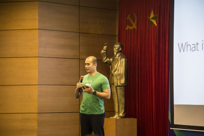 Nguyen Vu Thang, Icloud expert at Microsoft, introduced about 0365, Azure, Power BI and AI for the young students. Photo by Vnexpress/Bao Yen.
