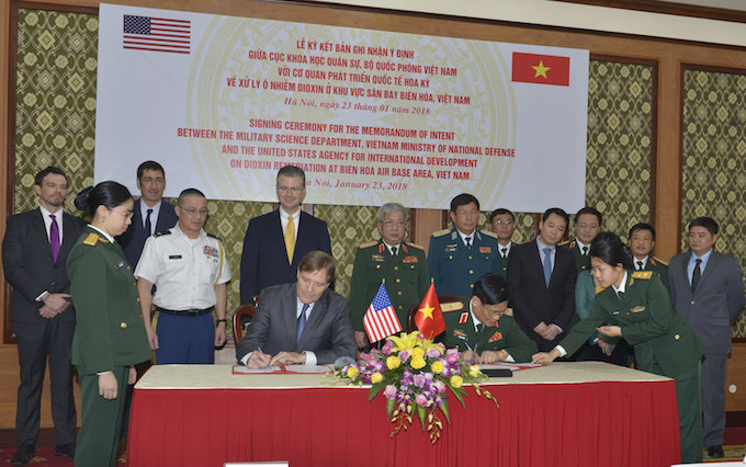 The signing ceremony for the Memorandum of Intent between the Military Science Department, Vietnam Ministry of National Defense and the USAID on January 23, 2018. Photo courtesy of the U.S. Embassy in Hanoi.