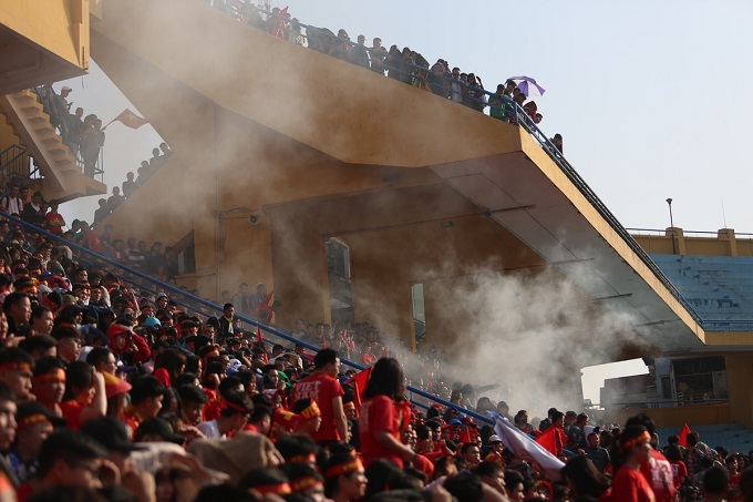 Thousands of Vietnamese fans have come to Hanois Hang Day Stadium to cheer for for the U23 Vietnam football team in the semifinal against Qatar. The program is organized by the northern fanclub VFF.