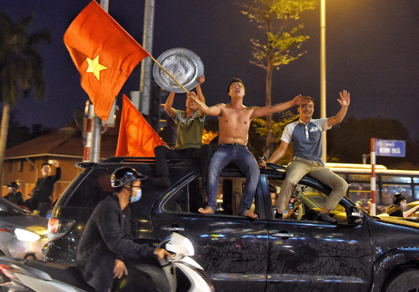 Hanoi fans brought pans and pots to the street to celebrate the night. Photo by Vnexpress/Giang Huy
