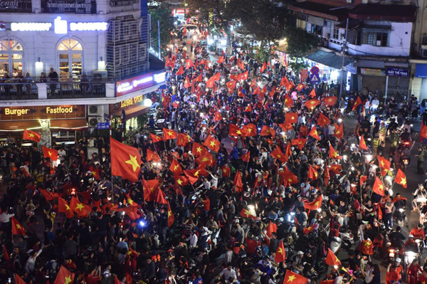 The Old Quarter is filled with the wild Vietnamese fans. Photo by Vnexpress/Giang Huy.