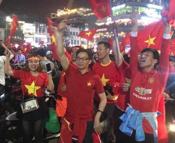 Meanwhile, deputy prime minister Vu Duc Dam joinsthe crowds by Hoan Kiem Lake in Hanoi.