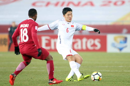 Luong Xuan Truong (R) during the Vietnam-Qatar match at the AFC U23 Championship on Tuesday. Photo by VnExpress/Van Khoa