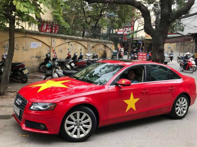 This red Audi A4 has been transformed into the Vietnamese flag to support the national football team in the match against Uzbekistan at the final game of the Asia Football Confederation (AFC) U23 Championship that will kick off in China at 3 p.m. Vietnam time.