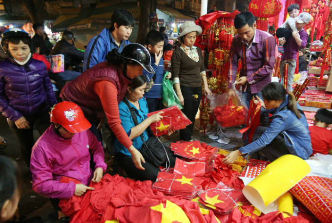 After the impressive celebrations with seas of red flags for the semi-final win over Qatar, Vietnamese fans are in the hunt for national flags in all sizes, red T-shirts and stickers.