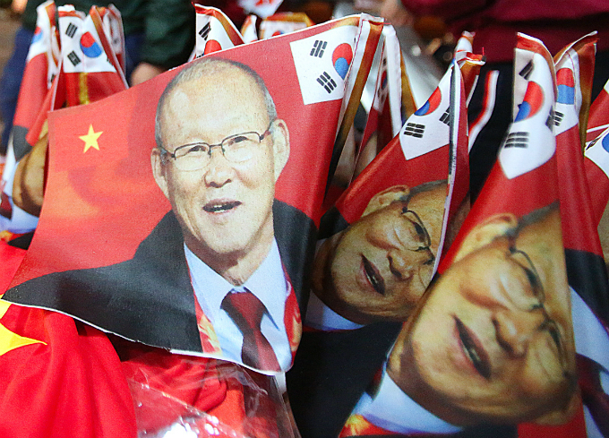 Banners of the South Korean coach Park Hang-seo are a hit before the game.