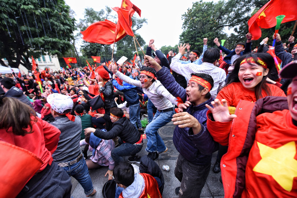 Football fans in Hanoi celebrating as midfielder Nguyen Quang Hai scored at minute 41. Photo by VnExpress/Giang Huy