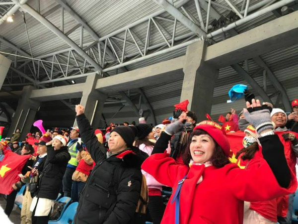 Vietnamese fans at the stadium in Chuangzhou, China cheer to Vietnams first goal. Photo by VnExpress