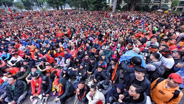 Hanoi fans hold their breaths as the match goes on. Photo by VnExpress/Giang Huy