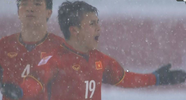 Nguyen Quang Hai, in No.19 T-shirt, reacts after scoring one goal for Vietnam from a free kick. Photo by VnExpress
