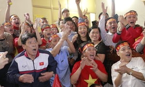 Vietnamese fans' emotional moments as they watch AFC U23 final