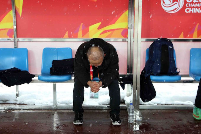 After thanking Vietnamese fans, coach Park Hang-seo finds some alone time on the bench. Photo by VnExpress/Anh Khoa
