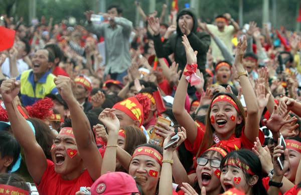 ...and in Quang Nam, fans reacted at Nguyen Quang Hais goal. Photo by Vnexpress/Dac Thanh