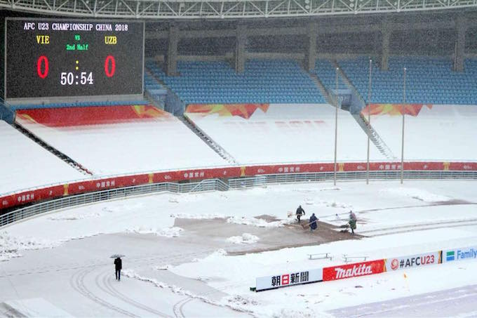 Workers are working round the clock to clear the snow from the ground. Photo by VnExpress