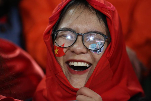 The smile on a supporters face upon seeing the team. Photo by VnExpress/Ngoc Thanh