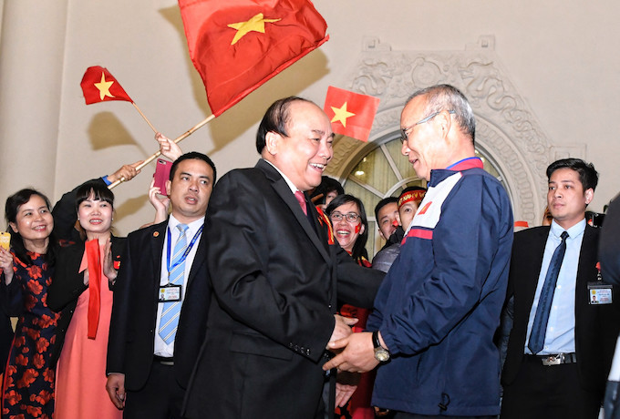 PM Nguyen Xuan Phuc (L) shakes hands with coach Park Hang-seo (R) at the office of the Government. Photo by VnExpress/Giang Huy