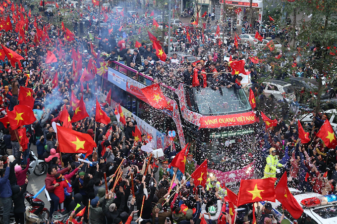The bus carrying the national U23 football team is welcomed by a sea of red in Hanoi. Photo by VnExpress/Pham Du