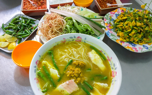 You can also find Kuy Teav, traditional vermicelli soup, banh canh (soup with tapioca flour), grilled banana and so on, at around VND 25,000 to VND 50,000 ($1.1 - $2.2). Cambodian specialties sold in this market are che (sweet soup) made with palmyra palm sugar, and Num-po-choc noodle (traditional Cambodian noodle soup).