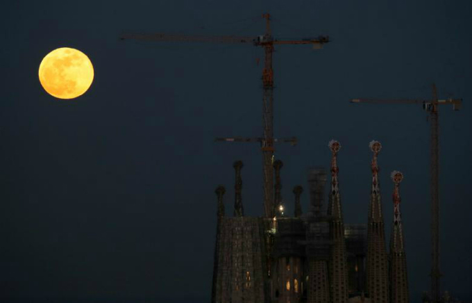 A full moon Super Blue Blood Moon rises behind Sagrada Familia Basilica in Barcelona, Spain. REUTERS/Albert Gea
