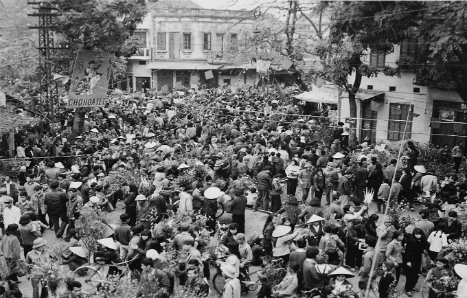 A flower market for the Lunar New Year (Tet) in 1975 is full of people.