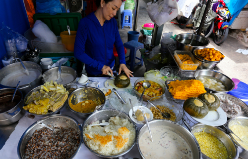 Cambodian che, or sweet dessert, is another highlight at this market. Co says she follows her mothers recipe to cook Cambodian che at the market. Photo by VnExpress/Quynh Tran