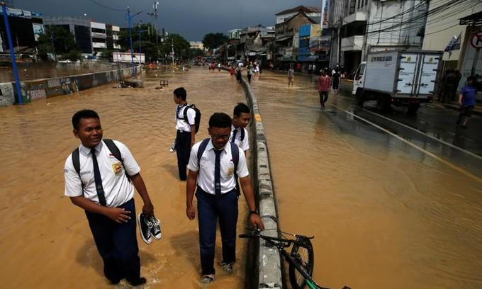 Thousands evacuated in Indonesian capital over floods