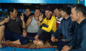 Vietnamese fishermen save American sailor stranded at sea for a month