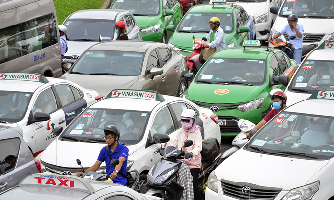 Top Vietnamese taxi company sues Grab for $1.84 mln in losses