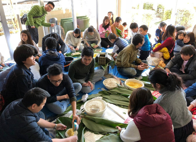Staff at a Japanese branch of a Vietnams firm in Tokyo has gathered for a traditional Tet, or Lunar New Year, the biggest holiday of Vietnamese people by making Tet feast and typical cakes for this occasion such as banh chung and banh tet (sticky rice cakes in square and cylinder shapes).