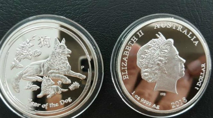 This silver Australian coin costs VND400,000, says a buyer named Lan in Ho Chi Minh City.