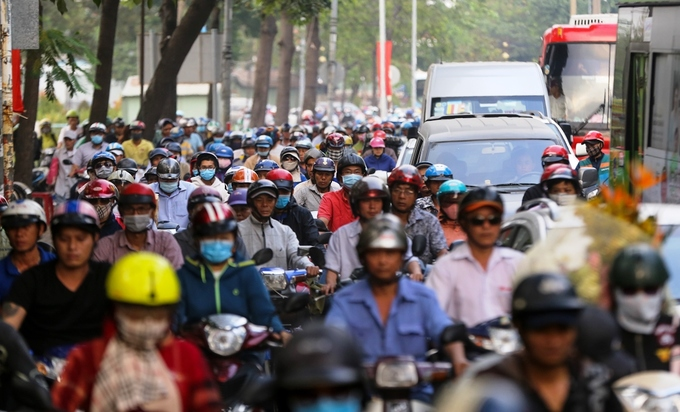 At noon on Saturday, six days before Lunar New Year, key roads leading to the Mien Dong (Eastern) Coach Station such as National Highway 13, Dinh Bo Linh, Nguyen Xi and Xo Viet Nghe Tinh streets were all jammed.