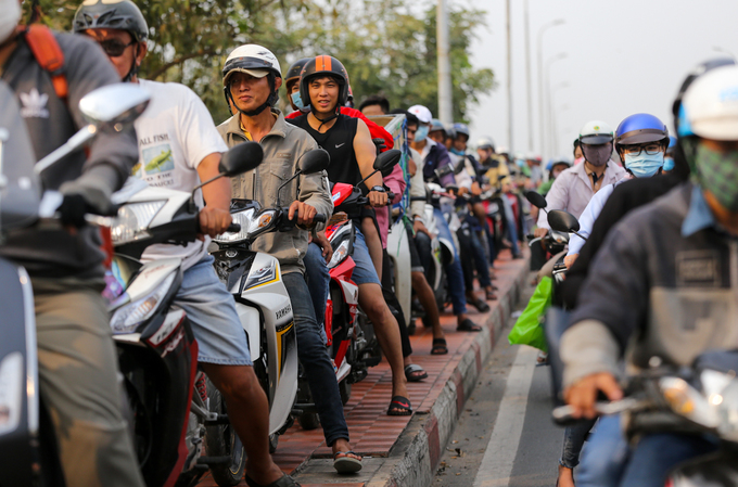 Vehicles on Binh Trieu Bridge could only move at a snails pace, and even the bridges sidewalk was occupied by a long line of motorbikes.